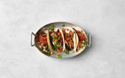 Bbq-maustettua kirjolohta, tacoja, kaalisalaattia, pico di galloa ja sriracha kastike