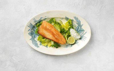 Paneroitua kirjolohta, vihreää salaattia ja tartar-kastiketta