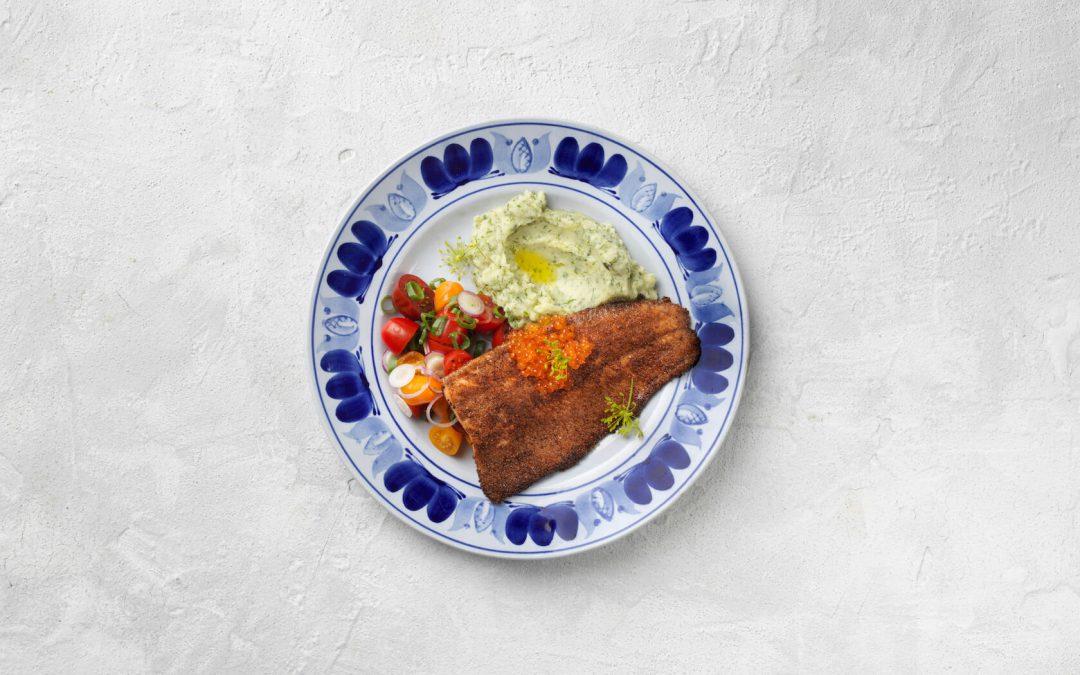 Ruispaneroitua kirjolohta, tilli-perunamuusia, tomaatti-sipulisalaattia ja kirjolohenmätiä